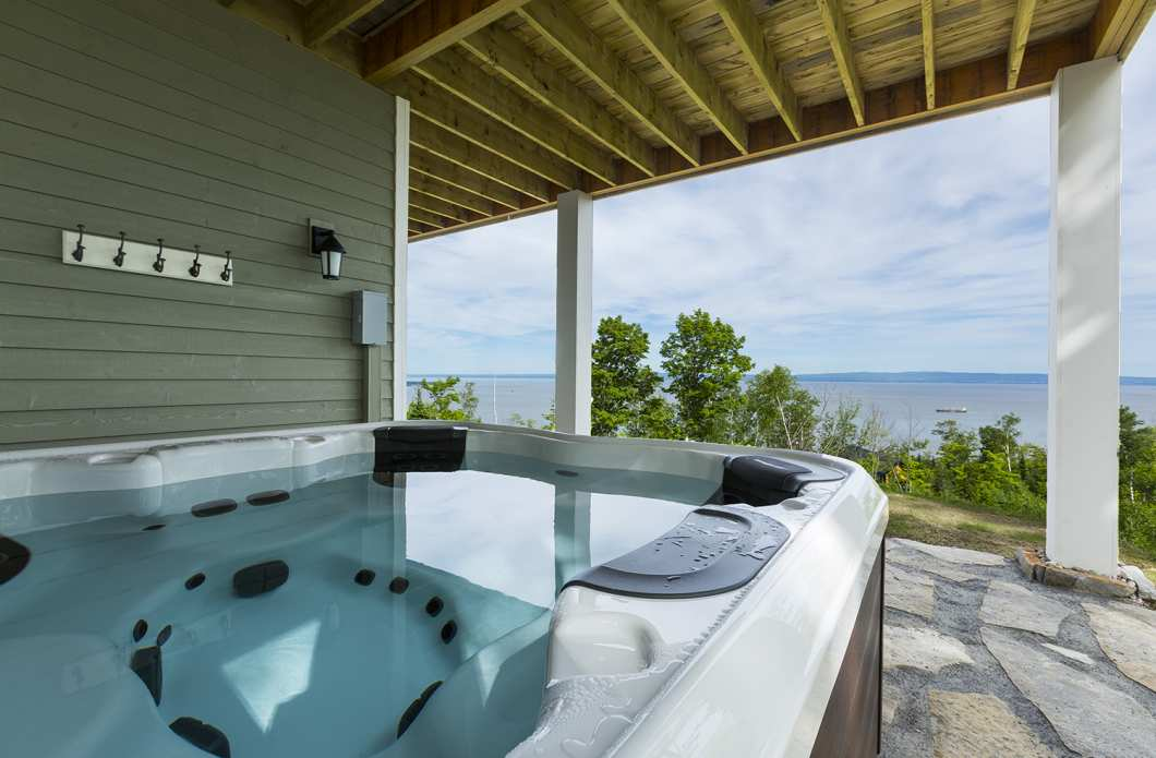 AQU-1 - Exceptional 180-degree view of the St. Lawrence River, from Isle aux Coudres to the Massif de Charlevoix